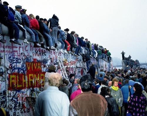 「ベルリンの壁」崩壊 (1989年11月)(写真:アフロ)