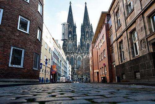 ドイツ・ケルンの大聖堂前。12月16日、人影が消えた(写真:AP/アフロ)