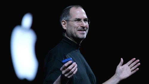 """<span class=""""fontBold"""">スティーブ・ジョブズ(Steve Jobs)氏</span> <br />1955年2月米国生まれ、44歳。<br />76年、世界初のパソコン「アップル1」を開発し、翌年アップルコンピュータを設立。85年アップルを退社し、パソコンメーカーのネクスト・コンピューターを設立、CEO就任。86年に3次元CG制作会社ピクサーを設立し、CEO就任。96年12月、アップルがネクスト社を買収。ギルバート・アメリオ会長兼CEO(当時)の戦略顧問としてアップルに復帰。97年9月、アップルの暫定CEOに就く。公式の場でもジーンズ姿で現れるなど、米国西海岸の経営者の雰囲気を今も漂わす。(写真/Justin Sullivan/Getty Images)"""