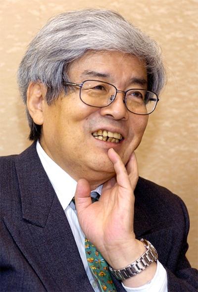 "<span class=""fontBold"">養老 孟司(ようろう・たけし)氏</span><br />1937年11月神奈川県鎌倉市生まれ、66歳。62年東京大学医学部卒業後、解剖学教室に入る。67年医学博士号取得、81年東大医学部教授に就任。95年に退官し、96年北里大学教授就任。大正大学客員教授を兼ね、98年東大名誉教授。『バカの壁』(新潮新書)は今年4月の出版以来、発行部数が180万部を超えた。このほか、『からだの見方』(筑摩書房)、『形を読む』(培風館)、『唯脳論』(青土社)など、著書は専門の解剖学、科学哲学から社会時評まで幅広い。(写真=共同通信)"