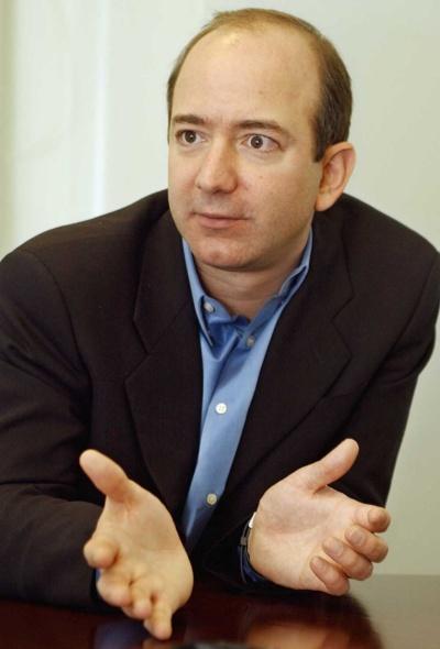 """<span class=""""fontBold"""">ジェフ・ベゾス(Jeffrey P. Bezos)</span>氏<br>1964年1月ニューメキシコ州アルバカーキ生まれ、37歳。86年、米プリンストン大学でコンピューターサイエンスと電気工学の学位を取得。同年、ハイテクベンチャーのファイテルに入社。88年、米大手銀行のバンカース・トラスト入行。コンピューターシステム開発部門で資産管理システムを開発。90年、26歳で最年少のバイスプレジデント(副社長)に就任。同年、米ヘッジファンドのD・E・ショー入社。92年、シニアバイスプレジデント(上級副社長)に就任。94年、退社。同年、アマゾン・ドット・コムを設立。現在、同社の最高経営責任者(CEO)。(写真=AP/アフロ)"""