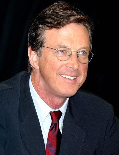 "<span class=""fontBold"">マイクル・クライトン(Michael Crichton)氏</span><br />1942年10月23日、米シカゴ生まれ。本名:ジョン(John)・マイクル・クライトン。ハーバード大学で人類学を専攻し、64年に卒業。同大学医学部に入学し、69年に卒業後、カリフォルニアのソーク生物学研究所の特別研究員となる。医学部在学中からミステリーを書き始め、69年、医学博士号を取得するのと同時に『アンドロメダ病原体』を発表、ベストセラーになる。『ジュラシック・パーク』『ディスクロージャー』など代表作多数。(写真:ユニフォトプレス)"