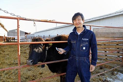 "<span class=""fontBold"">小林晋也(こばやし・しんや)</span><br />ファームノート社長。1979年、北海道帯広市生まれ。旭川工業高等専門学校後、機械部品商社に勤務。2004年、システム会社のスカイアーク創業。13年、畜産・酪農のIoTサービスを手掛けるファームノートを起業。(写真:箕浦伸雄、以下同じ)"