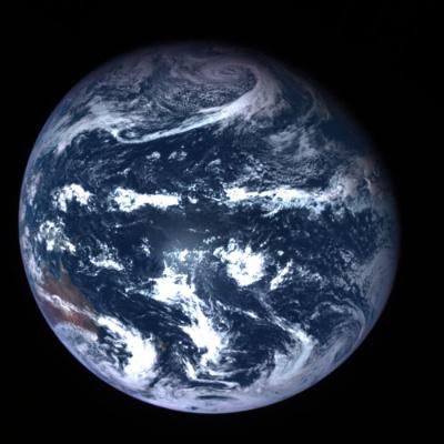 カプセルを分離したはやぶさ2の本体は、新たな旅へと向かった。はやぶさ2搭載カメラが撮影した地球(画像: JAXA、産総研、東京大、高知大、立教大、名古屋大、千葉工大、明治大、会津大)