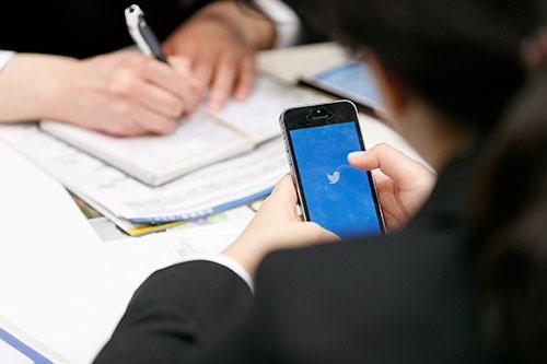 就活生がツイッターやラインに流れ込んでいる(写真:Rodrigo Reyes Marin/アフロ)