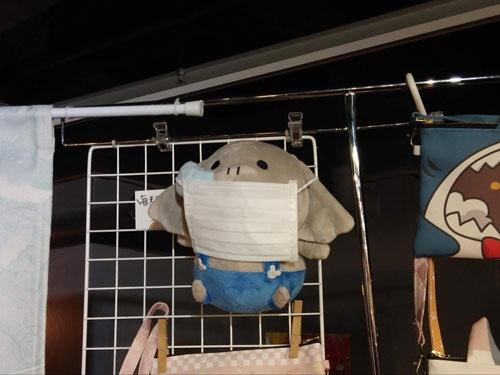 荔枝角の商業施設内の年明けイベント会場で売られていたマスクをつけたキャラクター
