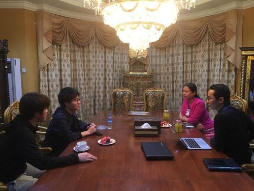ミャンマーの私立大学でインタビュー調査をする笹森奎穂氏(左から2番目)