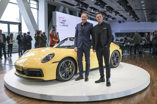 ポルシェの2トップ、オリバー・ブルーメ取締役会会長(左)と財務およびIT担当のルッツ・メシュケ取締役会副会長。この新型911は、年内には日本でも発売される予定。(写真:Porsche AG)