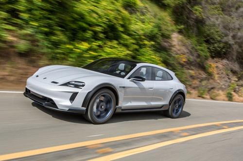 2020年の発売が正式にアナウンスされた「タイカン クロスツーリスモ」。タイカンと同様に800ボルトの急速充電システムを採用。一回の充電による航続距離は500kmという。(写真:Porsche AG)