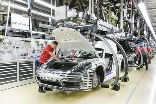 ポルシェの本社工場は、レンガつくりの建物など外観は創業当時の趣を残すが、中身はインダストリー4.0を取り入れた最新のもの。生産ラインでは、911や718などの2ドアスポーツカーが混流生産されている。(写真:Porsche AG)