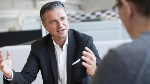 ポルシェAG財務およびIT担当取締役会副会長 ルッツ・メシュケ氏  Lutz Meschke, Deputy Chairman of the Executive Board and Member of the Executive Board, Finance and IT 1966年生まれ、ドイツ出身。KPMG、ヒューゴ・ボスなどを経て2001年にポルシェに入社。2015年より現職。(写真:Porsche AG)