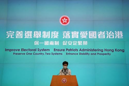選挙制度改正について説明する香港政府の林鄭月娥(キャリー・ラム)行政長官(写真:ロイター/アフロ)