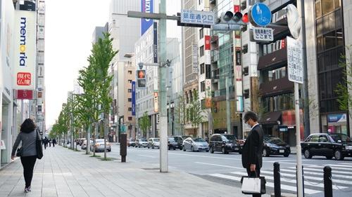 「日本の目抜き通り」とも呼ばれる銀座中央通りも、人がまばら。それでも営業を続けるブランドショップが散見された