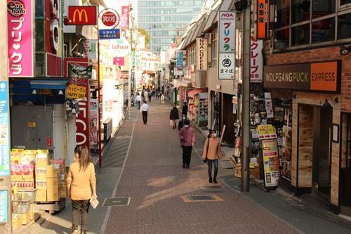 午後3時頃の原宿・竹下通り。買い物や飲食を楽しむ若者の姿は数人程度で、JR原宿駅を目指して歩く通行人がほとんどだった
