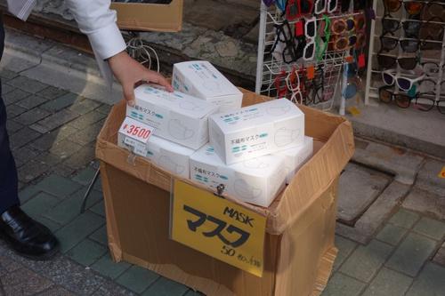 午後3時頃の原宿・竹下通りの雑貨店には客はほとんどいなかった。他店も含め、マスクの相場は50枚で3500円のようだ