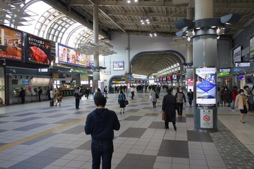 午後4時頃の品川駅構内の様子。駅周辺の人通りはまばらだが、構内には常に一定の往来があった