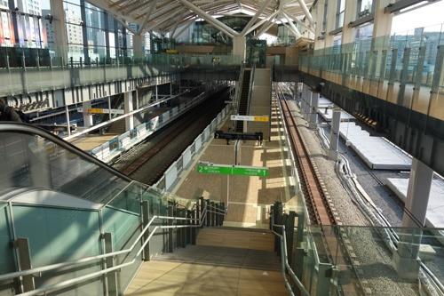 午後4時頃のJR高輪ゲートウェイ駅。3月に開業したばかりの真新しい構内には、ほとんど人けがなかった