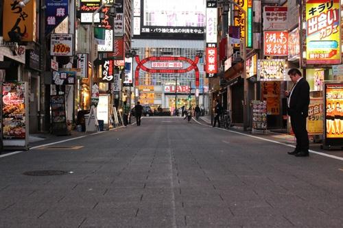 午後6時の歌舞伎町一番街。いつもは飲食店の照明がまばゆい通りもこの日は閑散としていた