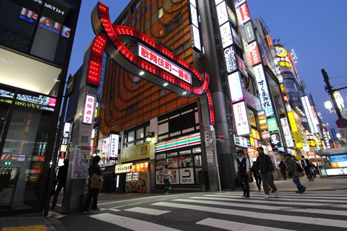 午後6時半。仕事終わりのサラリーマンや学生でにぎわう歌舞伎町も8日は足早に駅への向かう人が多かった