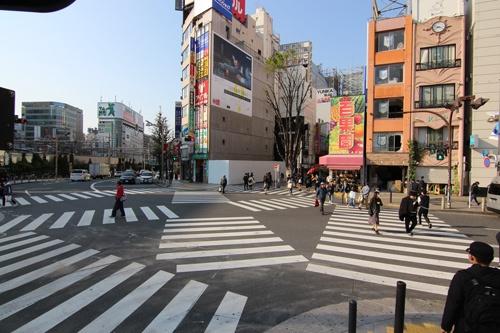 午後4時の新宿駅東口前。いつもは繁華街を練り歩く学生や若者が闊歩(かっぽ)する交差点もこの日は人通りがまばらな様子