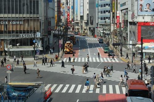 午後1時半の渋谷駅前のスクランブル交差点。若者や観光客が行き交う交差点だが、この日は少数のサラリーマンが歩いている姿が目立った