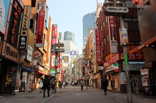 午後2時の渋谷センター街。休業している店舗も多く、営業中の飲食店の前では従業員が手持ち無沙汰な様子だった