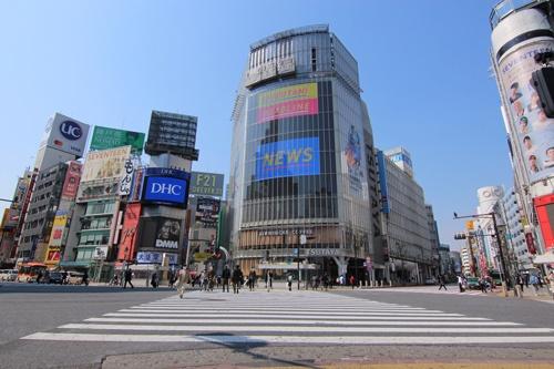 午後2時。人も車の通りも少なかった8日の渋谷スクランブル交差点。大型ディスプレーでは新型コロナウイルスに関するニュースがしきりに流されていた