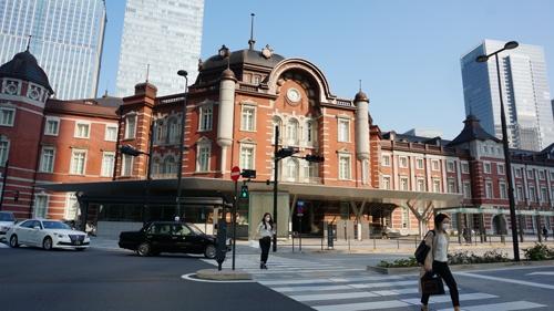 普段は人通りが絶えない東京駅・丸の内北口も静まりかえっている。旅行者の姿はほとんど見えないが、隣接する大手町や丸の内のオフィス街に向かう人は絶えない