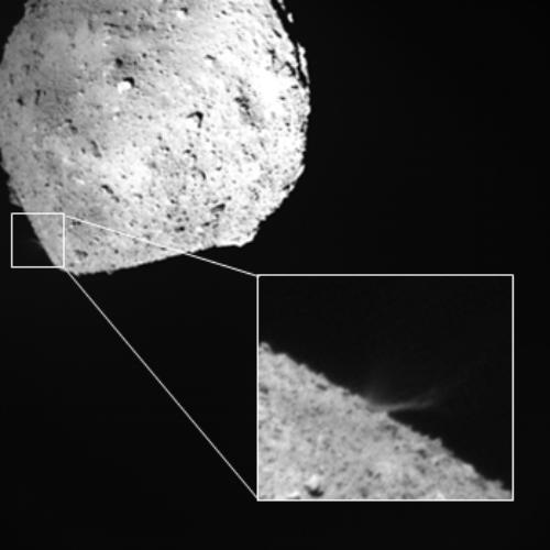 DCAM3のデジタル撮像系が撮影した衝突で舞い上がる噴出物(画像:JAXA)。DCAM3は、衝突を確認する低解像度のアナログ撮像系と、科学観測用のデジタル撮像系を搭載している。