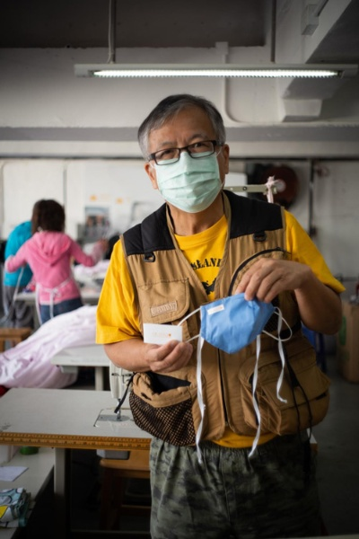 「HK Mask」を手に持つ鄺士山博士