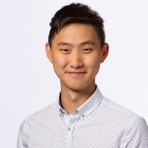 """<span class=""""fontBold"""">アレックス・ワン(Alexandr Wang)</span><br>米スケールAI CEO(最高経営責任者)<br> 米マサチューセッツ工科大学(MIT)でコンピューター科学と数学を学ぶが、1年で中退。2014年、17歳の時に米の金融系ベンチャーAddeparにソフトウエアエンジニアとして参画、また同年にコミュニティーサイト米クオーラのテック・リードを務める。その後アルゴリズム開発者などを経て、米カリフォルニア州のベンチャーファンド、Yコンビネーターのプログラムに参画。2016年6月に19歳でAIデータのプラットフォームを目指すスケールAIを創業した。現在24歳。"""