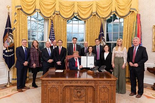 2019年2月11日、「AI(人工知能)における米国の指導的地位を維持する」という大統領令にサインしたトランプ大統領(写真:ZUMA Press/アフロ)