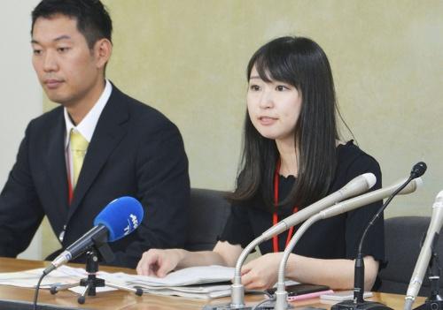 ヒール付きパンプス強制の反対署名について6月3日午後、厚生労働省で記者会見する女優でライターの石川優実さん(写真/共同通信)