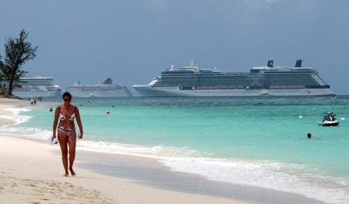 6月7日、バミューダ諸島やバージン諸島など、課税逃れに使われてきた英領の「宝島」群が過去半世紀で最大の危機に瀕している。ケイマン諸島・ジョージタウンで2010年4月撮影(2021年 ロイター/Gary Hershorn)