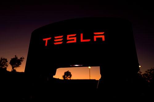 6月2日、米電気自動車(EV)大手・テスラが半自動運転機能「オートパイロット」からレーダーセンサーを削除すると発表したことが、波紋を呼んでいる。カリフォルニア州サンタクラリタで2019年10月撮影(2021年 ロイター/Mike Blake)