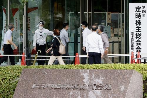 6月11日、トヨタ自動車の定時株主総会の会場(愛知県豊田市)に入る株主(写真:共同通信)