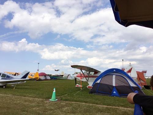 飛行機でやってきて、テントで寝泊まり。