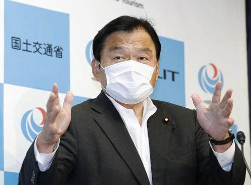 赤羽国交相はキャンセル料の補償を表明した(21日、東京都千代田区の国土交通省、写真=共同通信)