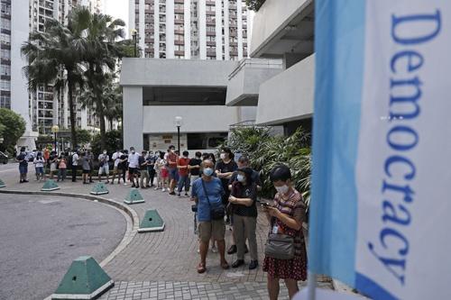 民主派の予備選挙の様子(写真:AP/アフロ)
