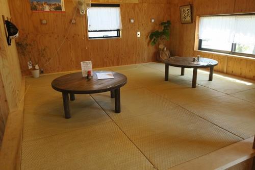 畳を敷いたスペースでは学校帰りの子供たちが宿題をしに寄ることもあるという。