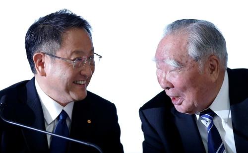 スズキの鈴木修会長(右)の資本注入要請をトヨタの豊田章男社長が受け入れた(写真:ロイター/アフロ、2016年に業務提携に向けた検討開始を発表した記者会見)