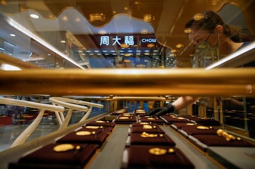 若い世代の豊かな中国人消費者の多くにとって、現代的でシンプルな宝飾品は流行遅れ。代わって返り咲いたのは「伝統」である。写真は上海にある周大福の店舗で8月18日撮影(2021年 ロイター/Aly Song)