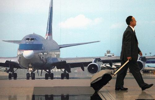9月9日、フランスのパリに住むシルビア・バーバリーさんは、人生の大半を出張に費やさずに済むようになって喜んでいる。写真は2009年4月、香港の空港で撮影(2021年 ロイター/Bobby Yip)