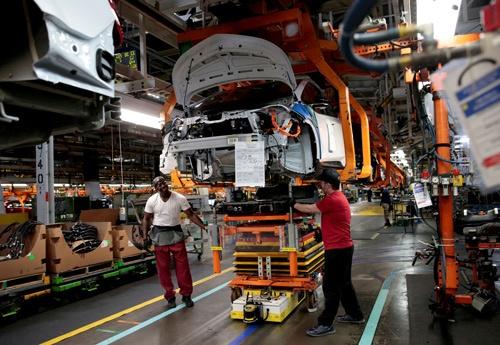 米自動車大手、ゼネラル・モーターズ(GM)と韓国の複合企業LGは長年にわたり、手を携えて電気自動車(EV)の開発に取り組んできた。写真はミシガン州レイク・オリオンにあるGMの工場で、部分的に組み立てられたEV「シボレー・ボルト」。2018年3月撮影(2021年 ロイター/Rebecca Cook)