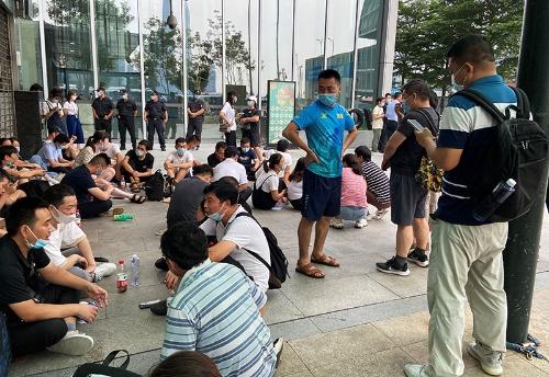 中国恒大本社近くに集まり、融資や金融商品の返済を要求する人々。16日、広東省深センで撮影(2021年 ロイター/David Kirton)