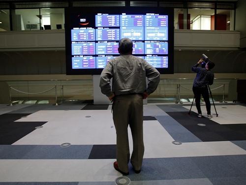 日本株のバリュエーションでみれば、岸田文雄自民党新総裁の評価はほぼニュートラルな位置からスタートする。写真は東京証券取引所で2013年5月撮影(写真:2021年 ロイター/Toru Hanai)