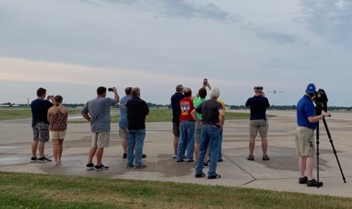 テスト飛行を見守るEAAのスタッフ。右端でカメラマンが撮影している。