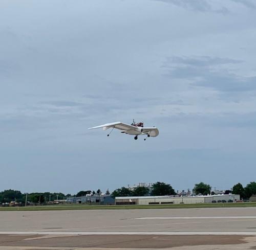 ウィットマン空港でのテスト飛行を行うM-02J。
