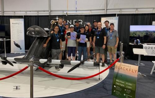 OpenerのBlackFly開発者たちと、機体と共に記念写真。みんな若い!