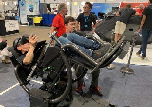 BlackFlyの飛行シミュレーター。VRを使っている。